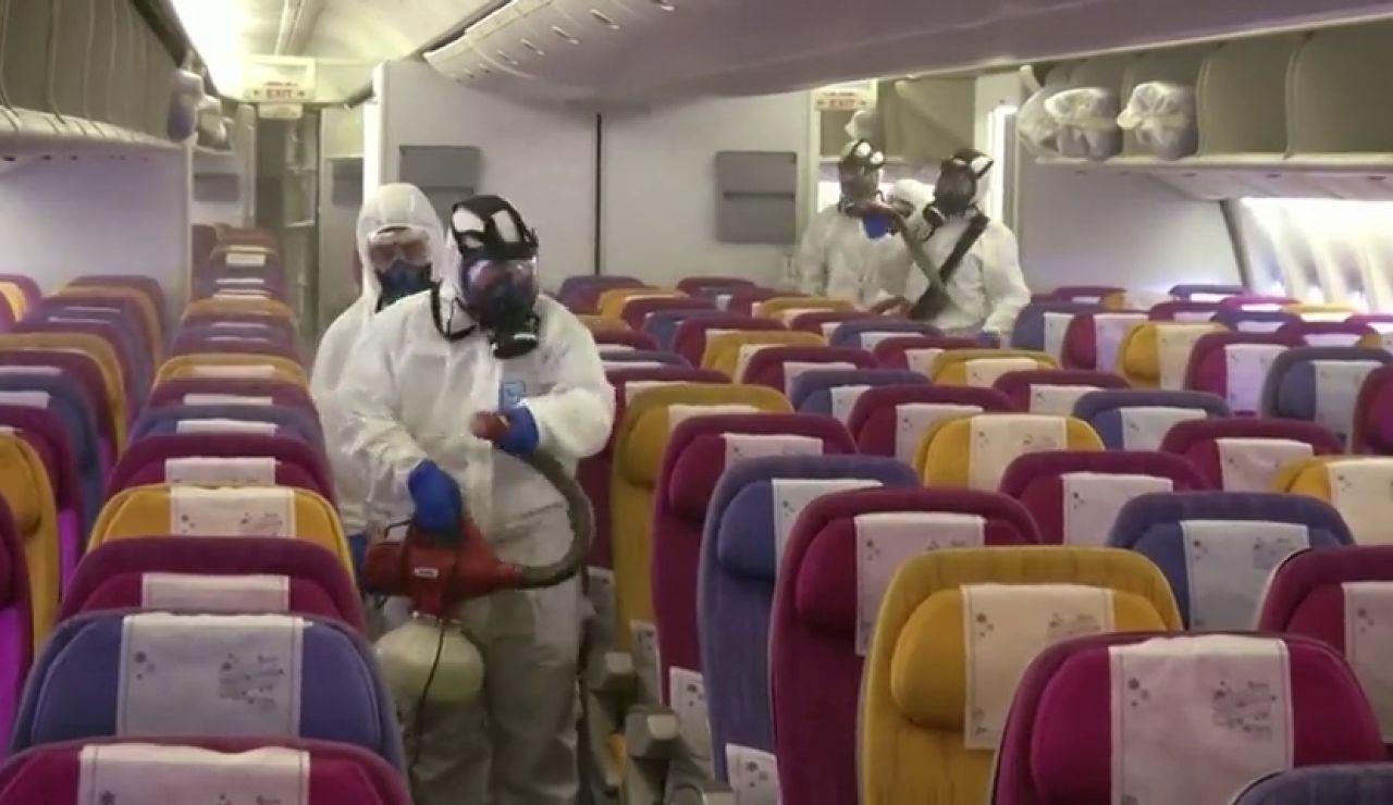 Algunas aerolíneas optan por no dar comida ni mantas a los pasajeros para evitar la propagación del coronavirus