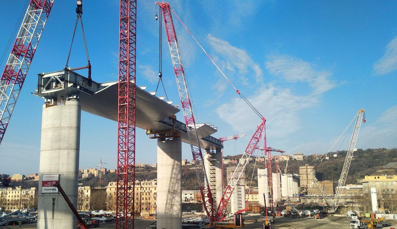 Vista general del puente que se construye en la ciudad de Génova