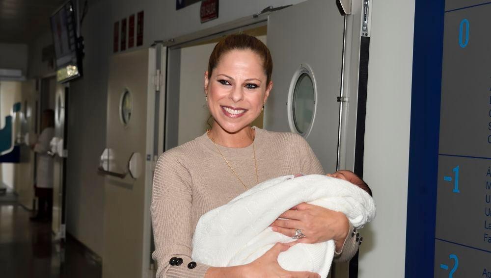 Pastora Soler abandona el hospital con su hija en brazos