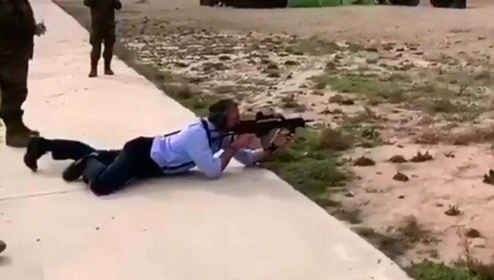 El diputado de Vox, Javier Ortega Smith, disparando con un rifle