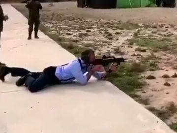 El diputado de Vox, Javier Ortega Smith, disparando con un rifle