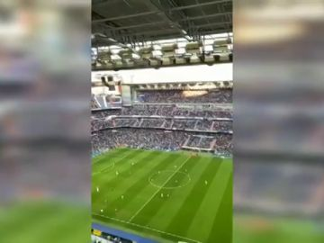 """La afición del Real Madrid se mofa de Simeone durante el derbi: """"¡Cholo no te vayas, Cholo quédate!"""""""