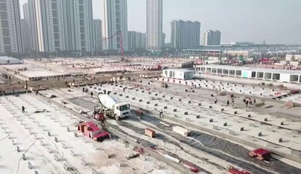Así avanza la frenética construcción de dos hospitales en Wuhan, el epicentro del coronavirus en China