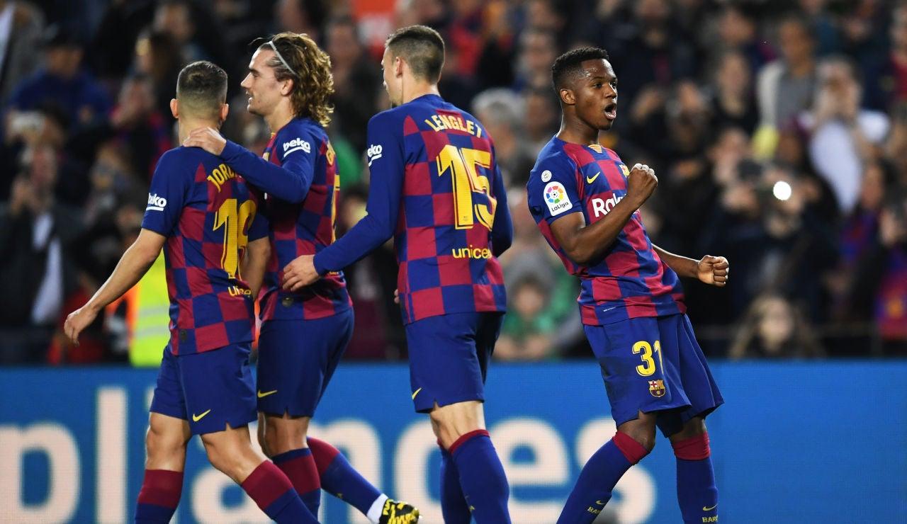 Los jugadores del Barça celebran el gol de Ansu Fati