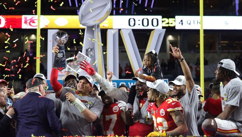 Patrick Mahomes levanta el trofeo de la Super Bowl