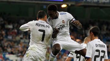 Cristiano, Adebayor, Di María y Benzema celebraun un gol del Madrid