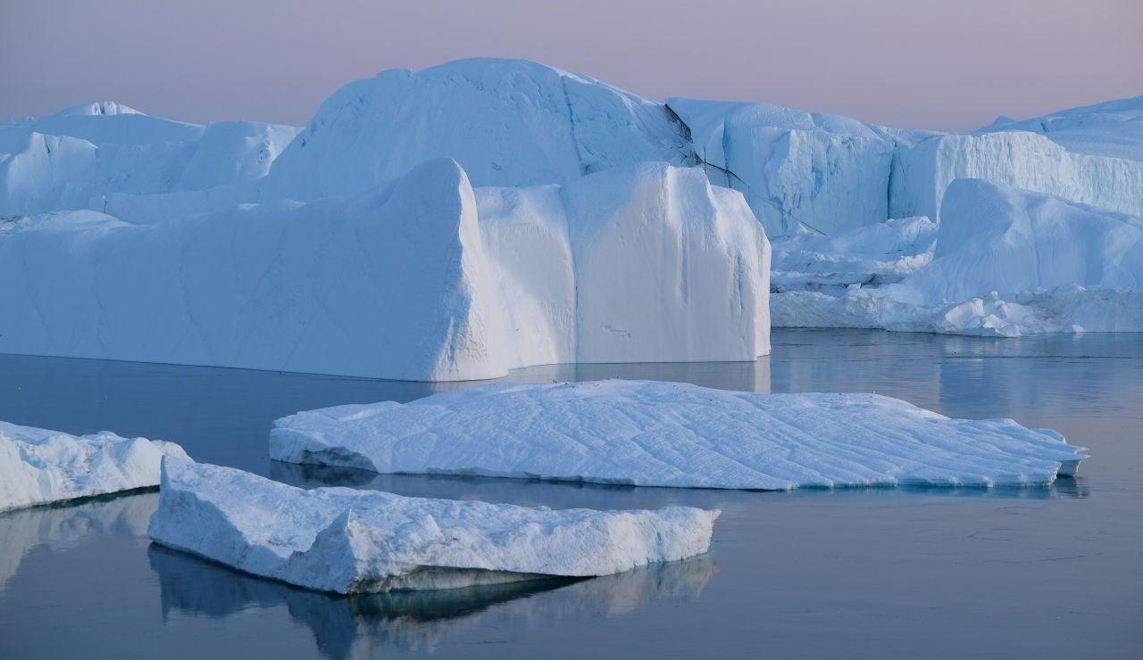 Un iceberg, flotando sobre el mar de Groenlandia