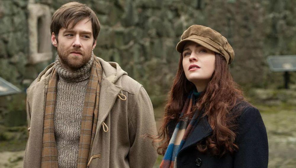 Sophie Skelton y Richard Rankin como Brianna y Roger en 'Outlander'