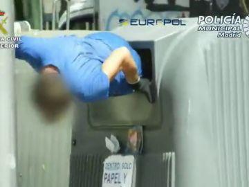 Así actúan los cartoneros que saquean los contenedores
