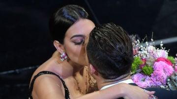 Georgina Rodríguez y Cristiano Ronaldo sellan el paso de la modelo por el Festival de San Remo con un beso