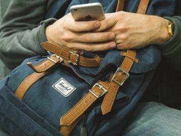 Imagen de archivo de una persona con el móvil