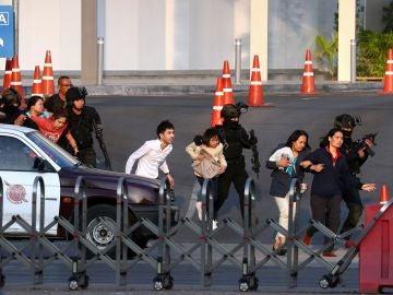 Los agentes de Tailandia liberan a varios rehenes del centro comercial Terminal 21