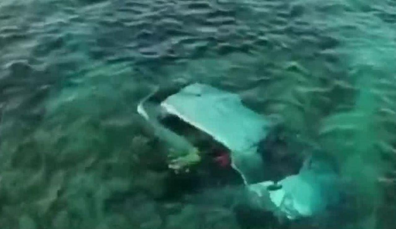 Un coche se precipita al mar