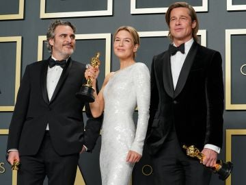 Joaquin Phoenix, Renée Zellweger y Brad Pitt con sus Oscar