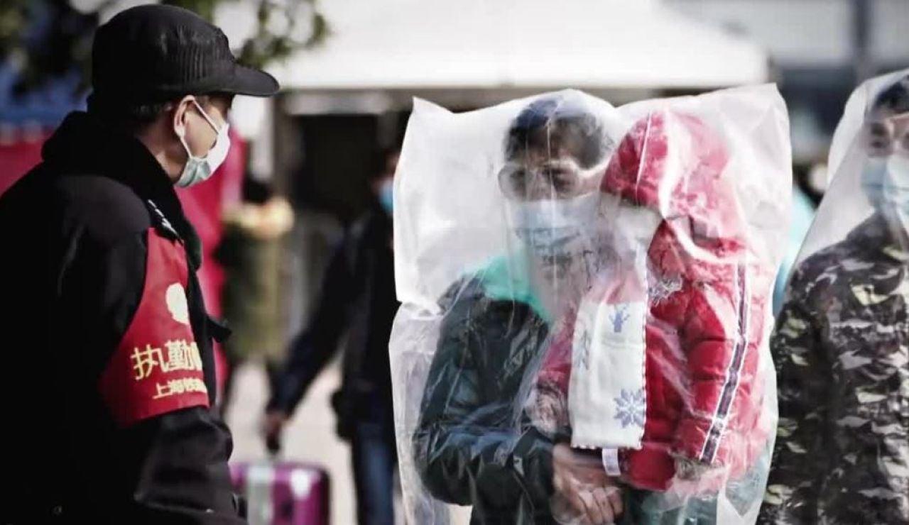 Familias se cubren con plásticos ante la psicosis por el coronavirus