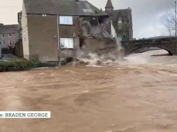 Se derrumba una casa tras la fuerza del agua por la borrasca 'Ciara'