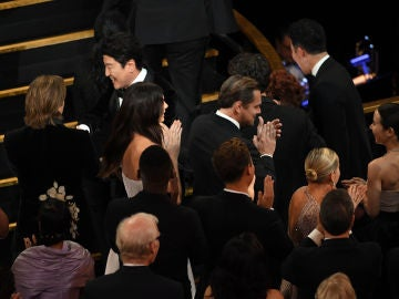 Camila Morrone entre Leonardo DiCaprio y Brad Pitt