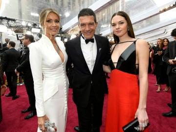 Antonio Banderas junto a su novia y su hija en los Premios Oscar 2020