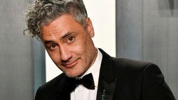 Taika Waititi con su Oscar a Mejor Guión Adaptado