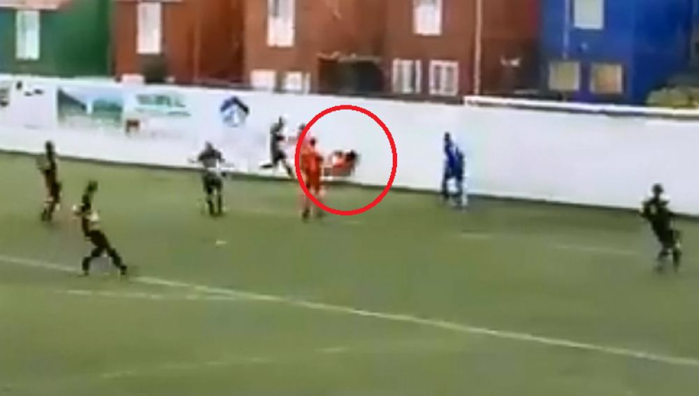 Momento del impacto del futbolista contra el muro del campo