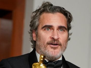 Joaquin Phoenix con su Oscar a Mejor Actor