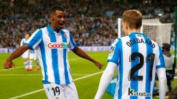Odegaard e Isak celebran el 2-1 ante el Mirandés