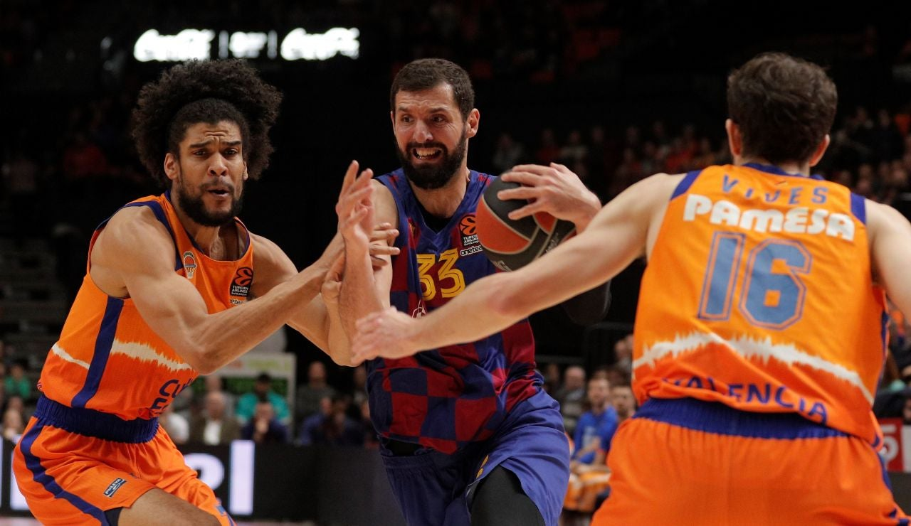 Louis Laberyrie y Guillem Vives tratan de frenar a Nikola Mirotic