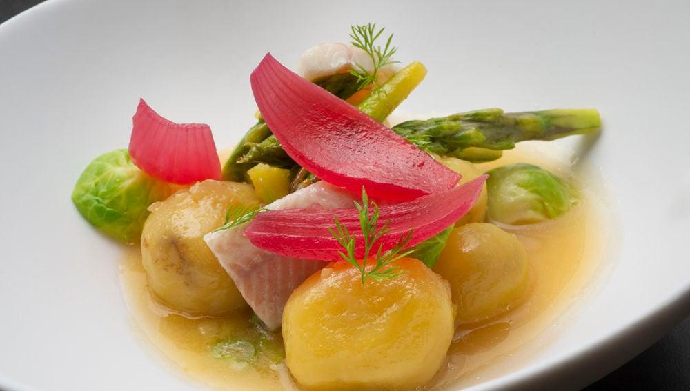 Caldo ahumado con patatas, espárragos y anguilas ahumadas
