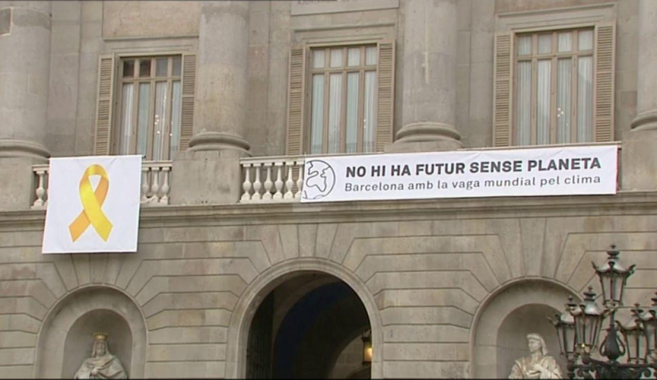Un juez prohíbe definitivamente los lazos amarillos en la fachada del ayuntamiento de Barcelona