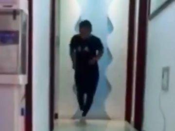 Maratoniano chino entrena en su salón