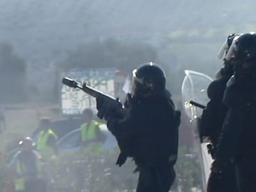Momentos de tensión durante el desalojo de la Guardia Civil a los agricultores que han cortado la A-45, a la altura de Lucena