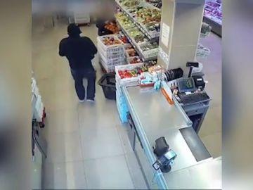 Arrestan a un hombre con orden de búsqueda y detención mientras trataba de robar un taxi en Barcelona