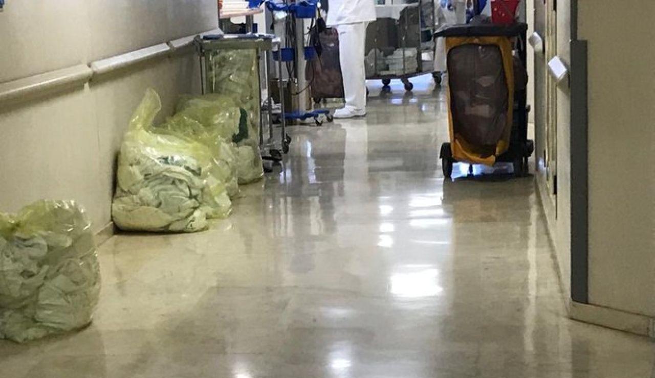 Bolsas de ropa sucia en el Hospital Virgen Macarena