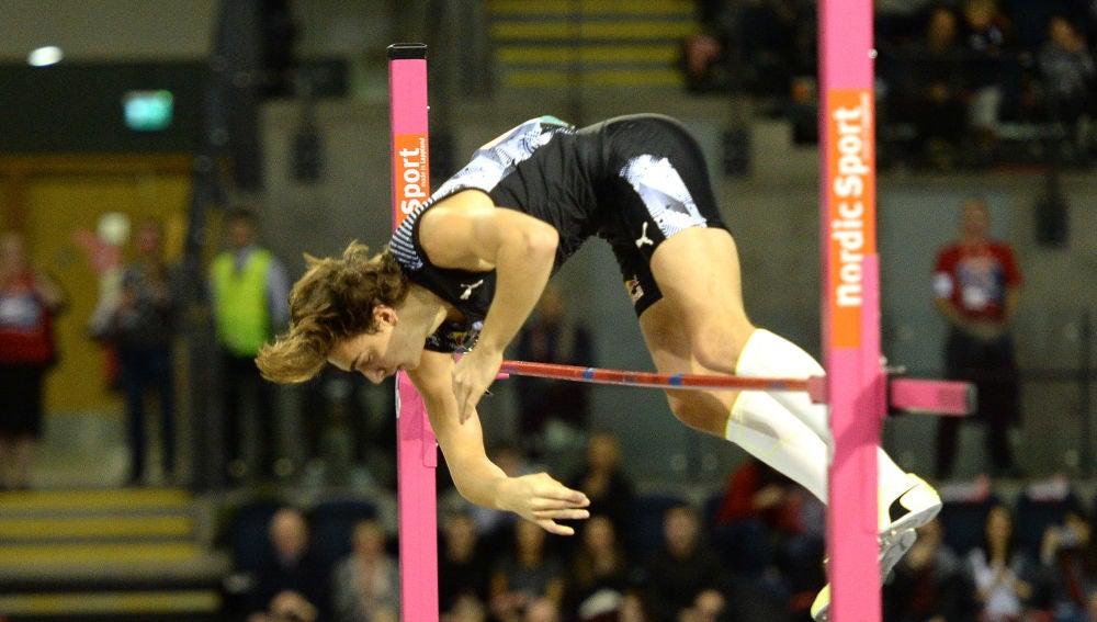 El sueco Duplantis vuelve a batir el récord del mundo de salto con pértiga