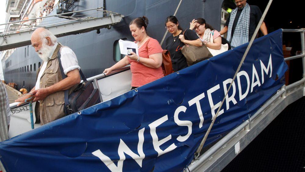 Algunos pasajeros descienden por la pasarela del crucero MS Westerdam