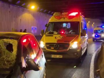 Un motorista fallece tras chocar contra la pared de un túnel en Madrid y colisionar con un coche del carril contrario