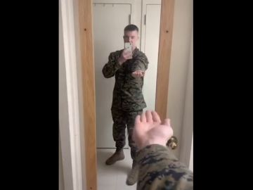 Marine poniendo la mano boca abajo sin girar la muñeca