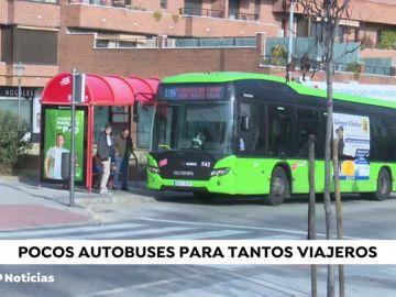Varios vecinos de Madrid denuncian los pocos autobuses que llegan en la parada 551