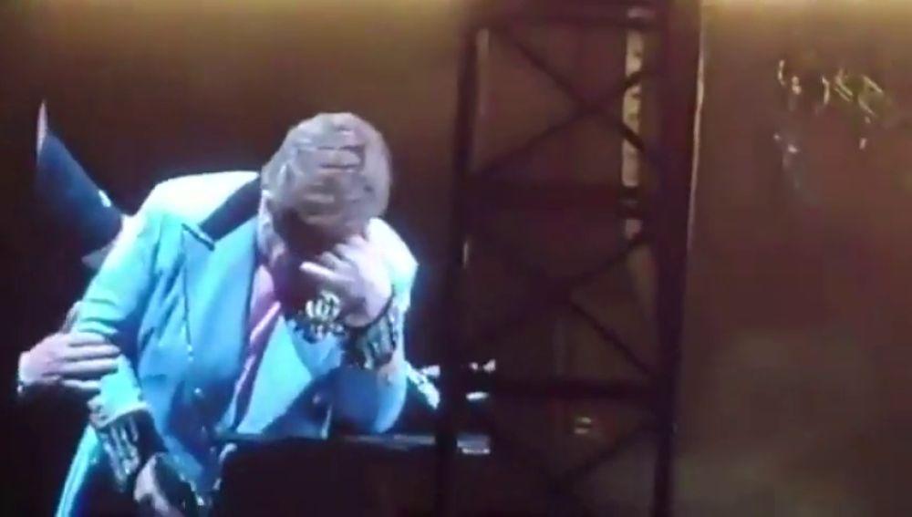Elton John cancela un concierto tras quedarse sin voz en directo.
