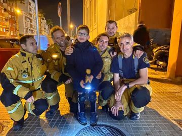 El niño junto a los bomberos de Palma