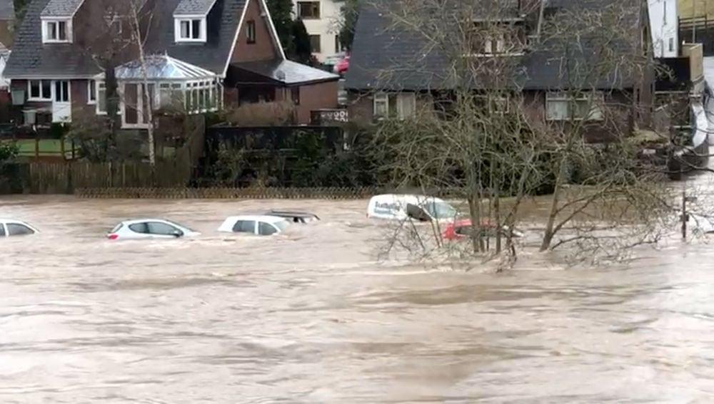 Al menos tres muertos por las inundaciones provocadas por la tomernta 'Dennis' en Reino Unido