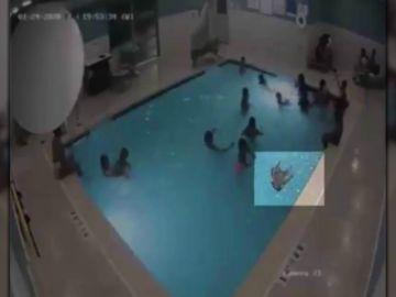 Un bebé de dos años pasa casi tres minutos bajo el agua sin que nadie se diese cuenta