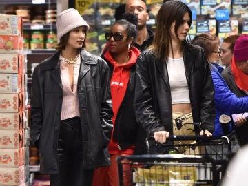 Bella Hadid y Kendall Jenner haciendo la compra en Nueva York