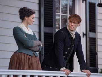 Caitriona Balfe y Sam Heughan como Claire y Jamie Fraser en 'Outlander'