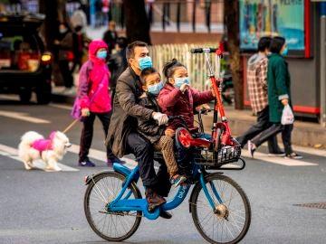 Un hombre con sus hijos en China