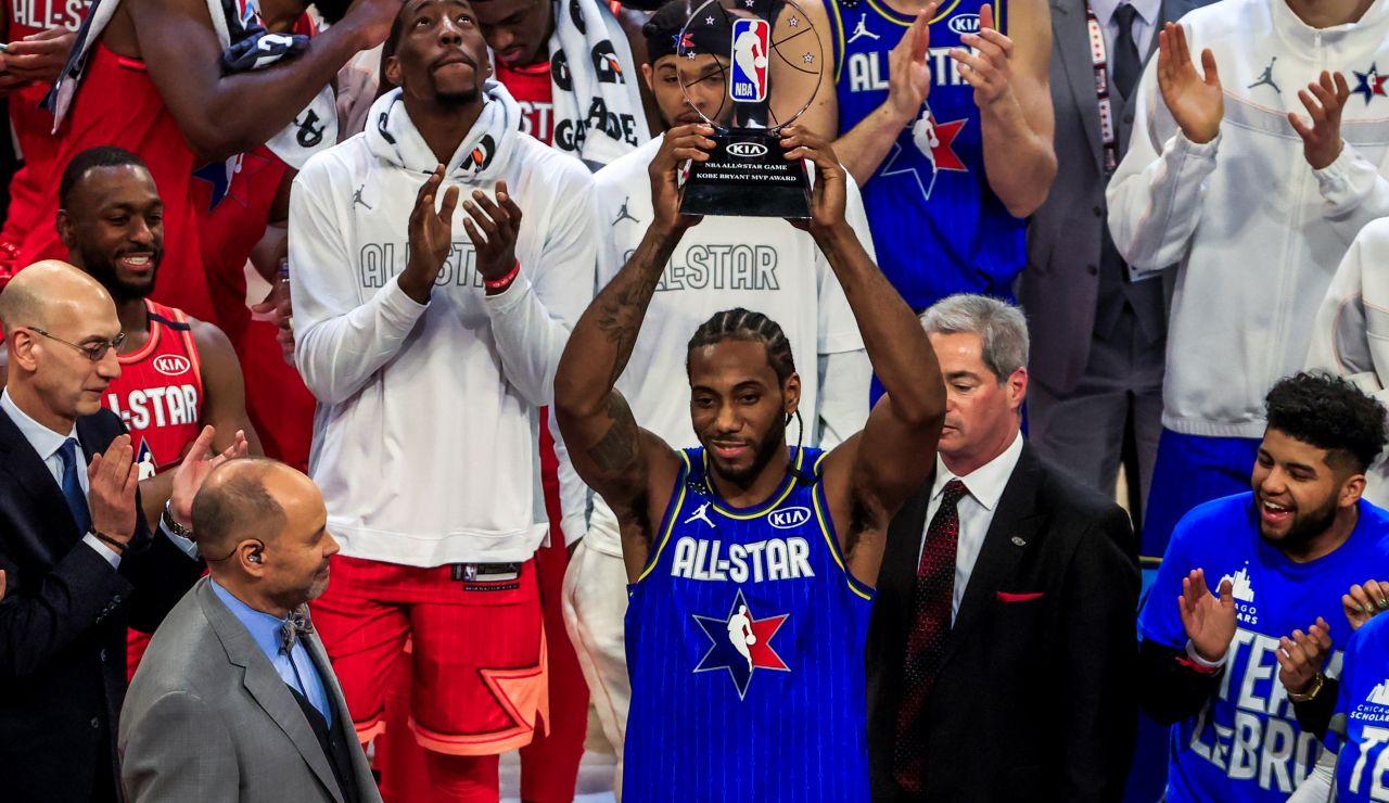 Kawhi Leonard levante el trofeo como MVP del All-Star