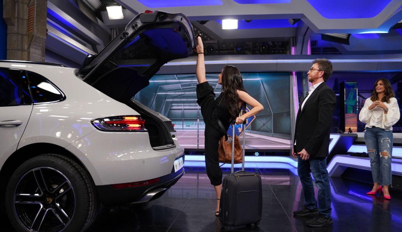 La peculiar forma de Almudena Cid de cerrar el maletero del coche sin manos
