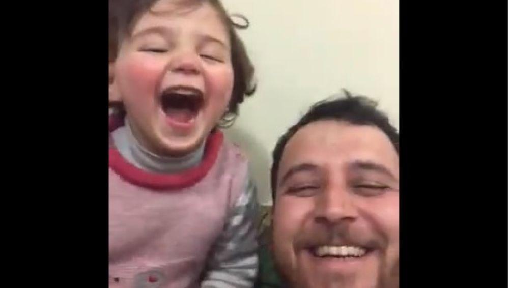 Un padre simula que las bombas en Siria son un juego para hacer reír a su hija de cuatro años