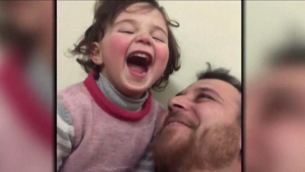 Un padre sirio recrea un juego con su hija para que no tema a las bombras