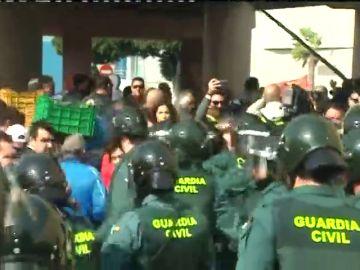 Tensión entre antidisturbios y agricultores en la protesta de El Ejido cuando han cortado la autovía y han lanzado hortalizas a la calzada